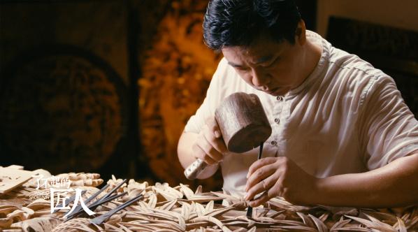 走出去的首富李嘉诚,留下来的潮州木雕卢进文|了不起的匠人