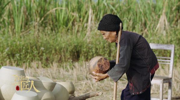 90岁酷炫老婆婆最爱玩泥巴,喝酒唱歌是长寿秘籍