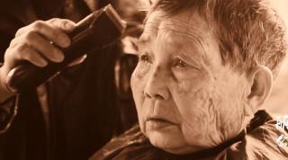 湖北恩施一巷道为老年人聚集地,他们称都是来这里找同一个人理发