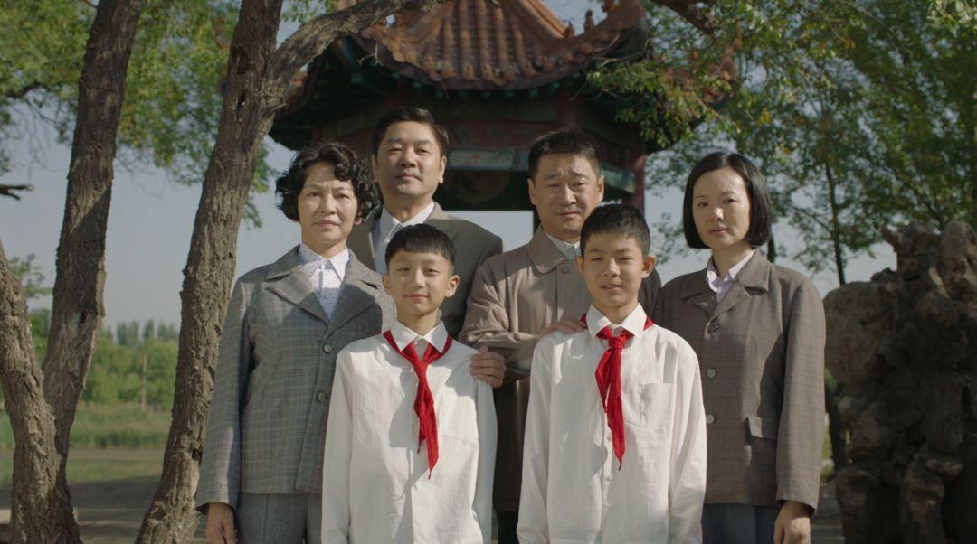 《地久天长》剧照:两家人年轻时的合影