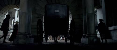 镜头先从车轮下方的角度拍摄