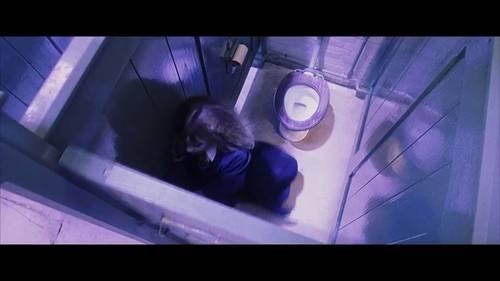 高角度俯拍显示厕所单间的狭小和女主角的弱小