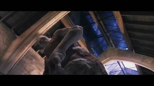 低角度仰拍展示洗手间整体的庞大和怪物的强悍