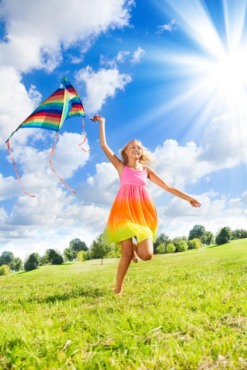 儿童放风筝.jpg